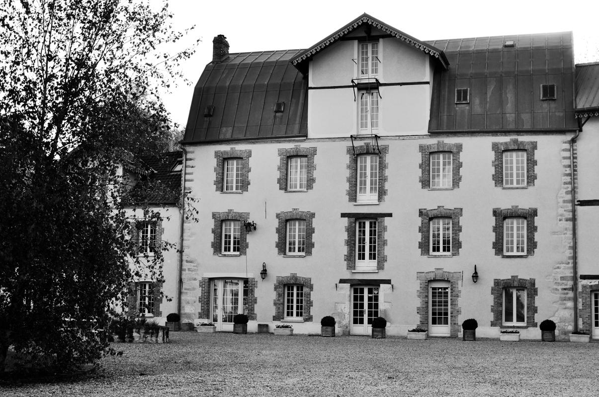 Bâtiment principal, avec chambres en bas et au 3eme, salle du petit déj au 1er