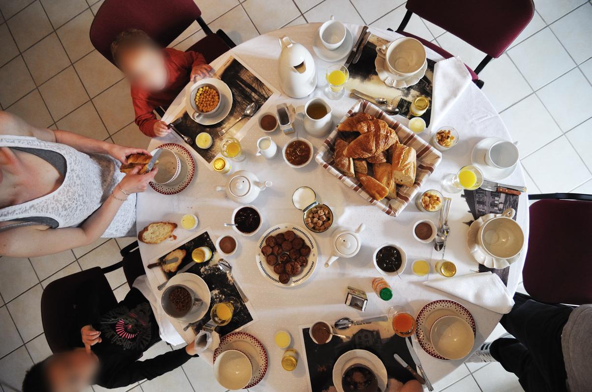 THE petit-déjeuner....muffins maison, confiture maison, pain frais...une tuerie