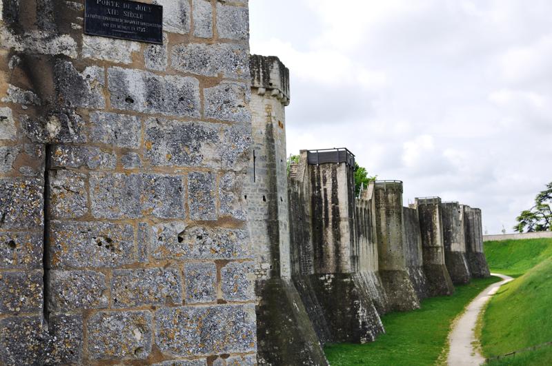 Tour (en éperon) de la porte Saint-Jean, une tour octogonale et les autres