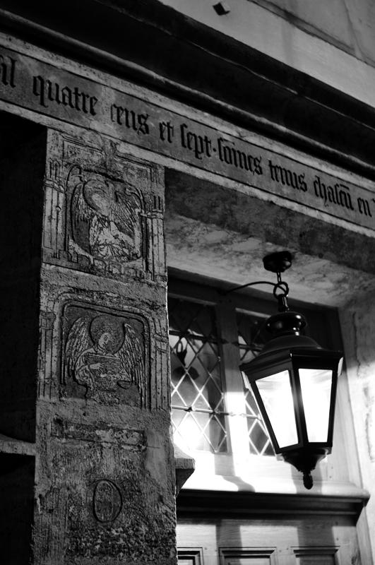 La maison de Nicolas Flamel (celui de la pierre philosophale, Harry Potter, toussa). C'est la maison la plus ancienne de Paris (1407). Il l'a faite construire pour abriter les pauvres.