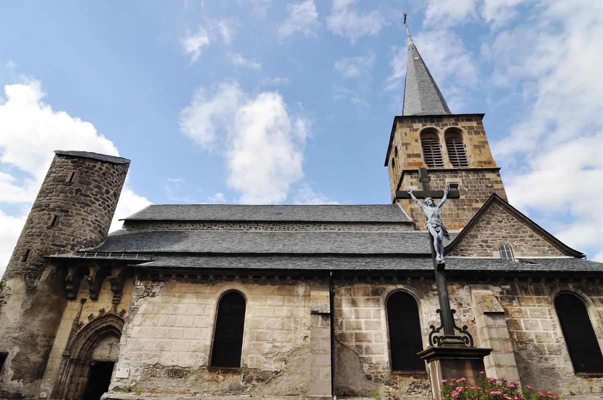 Eglise Saint Jean Baptiste d'Allanche. XIVème. Eglise fortifiée
