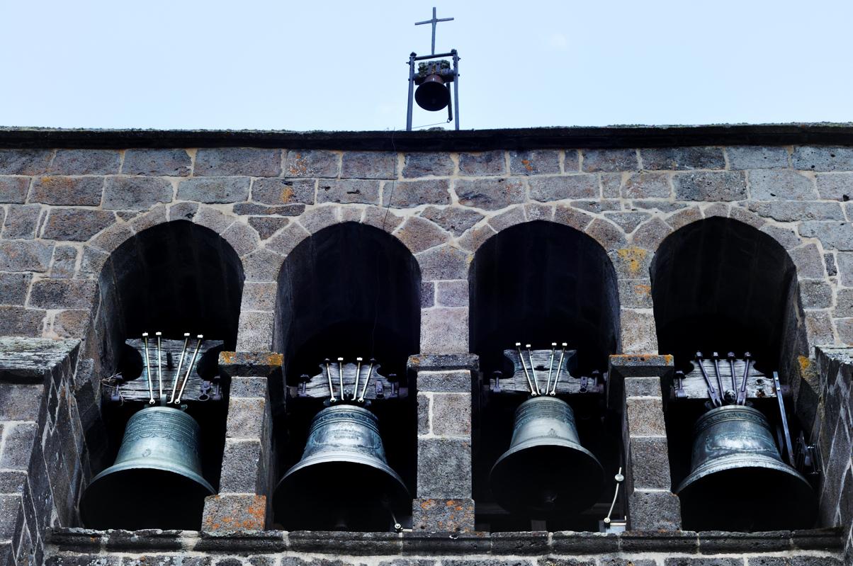Détail du clocher à peigne de l'église de Joursac
