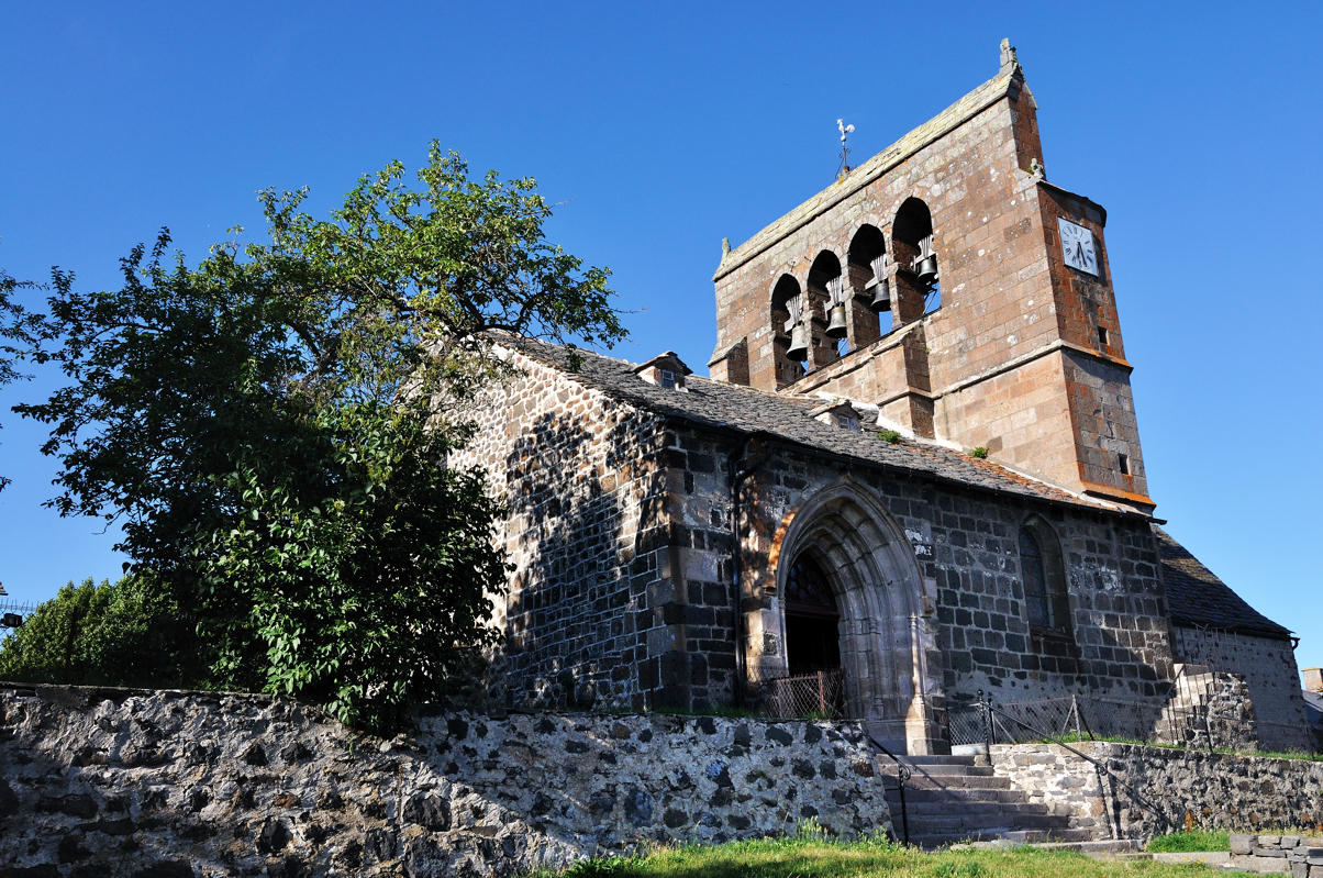 Eglise de Saint-Barthélémy (XIIe) de Chalinargues avec son clocher en peigne