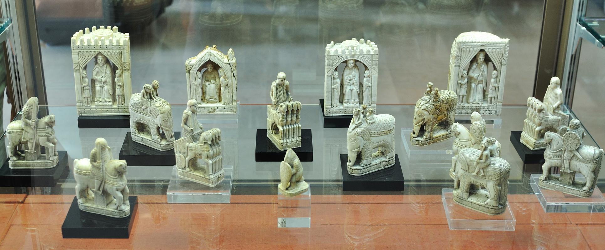 On n'y trouve pas que des pièces....ici, pièces d'échiquier en ivoire pour Charlemagne