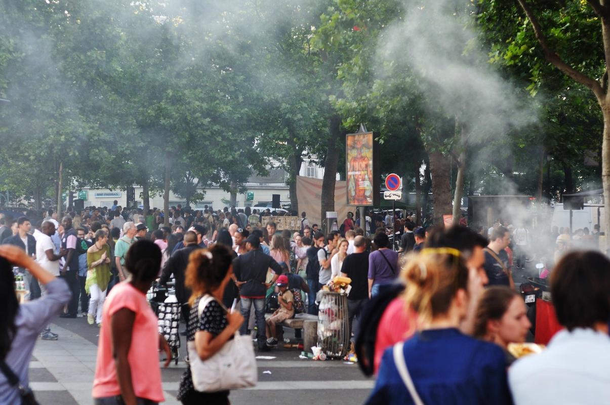"""Place de la Bastille...un peu de fumée des """"barbecues"""" plus ou moins autorisés"""