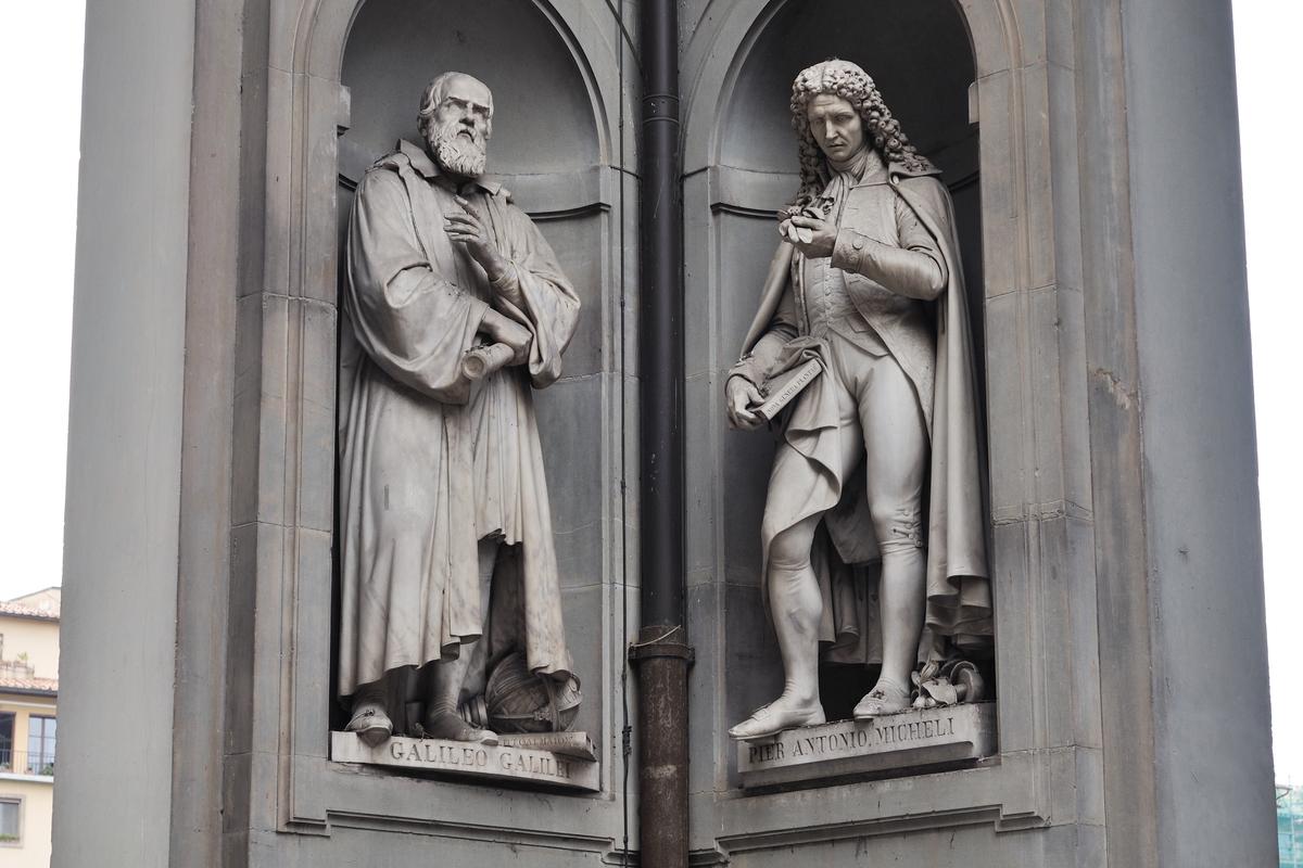 Les niches des piliers contiennent des Toscans illustres